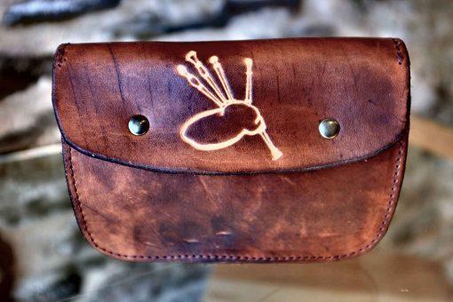 Pochette ceinture marron vieilli, motif cornemuse