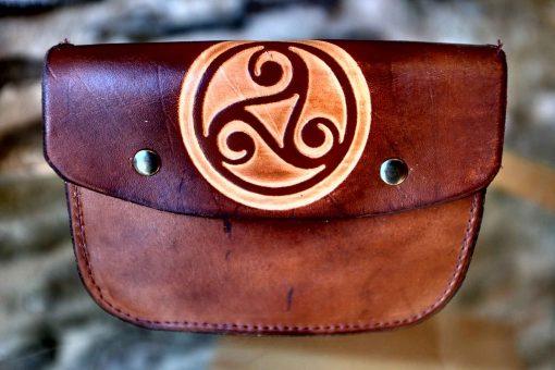 Pochette ceinture marron vieilli, motif triskel