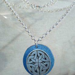 Pendentif celte en cuir bleu ciel