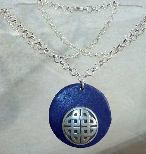 Pendentif celte en cuir bleu marine
