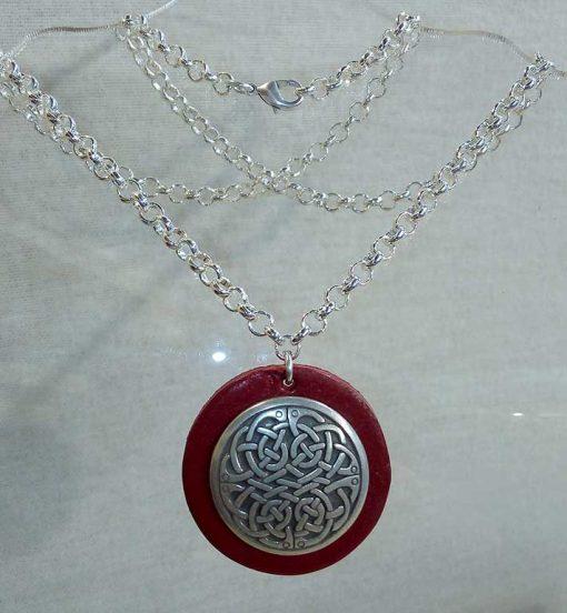Pendentif celte en cuir rouge foncé