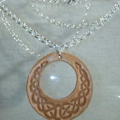 Pendentif en cuir beige motif celte