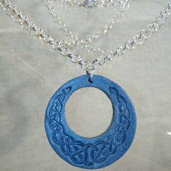 Pendentif en cuir bleu ciel motif celte
