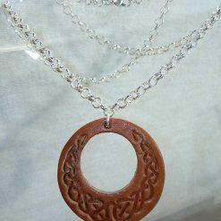 Pendentif en cuir marron motif celte