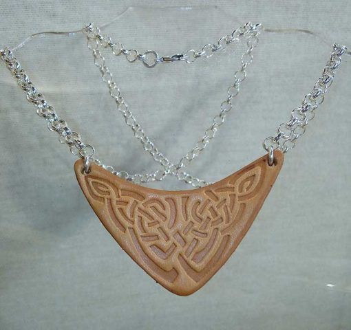 Pendentif en cuir motif celte beige