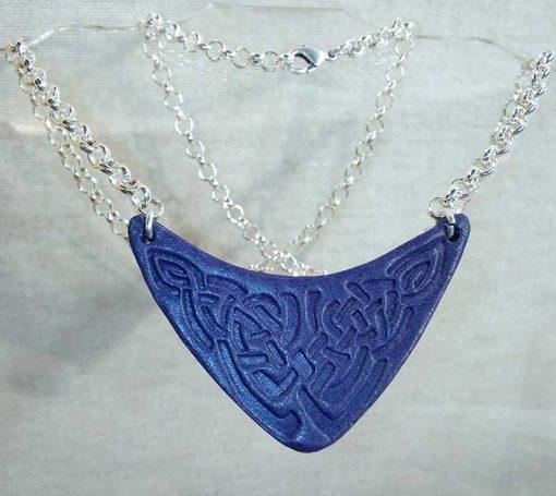 Pendentif en cuir motif celte bleu marine