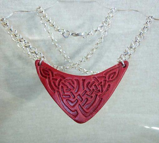 Pendentif en cuir motif celte rouge