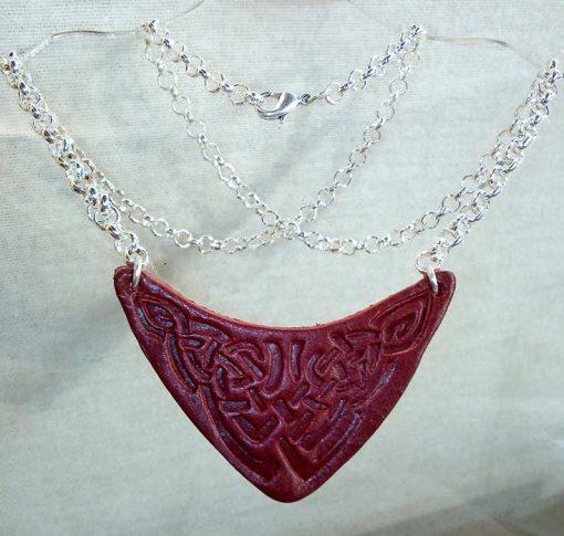 Pendentif en cuir motif celte rouge foncé
