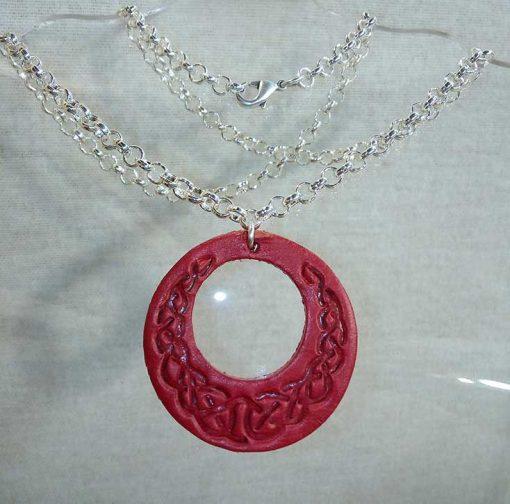 Pendentif en cuir rouge motif celte